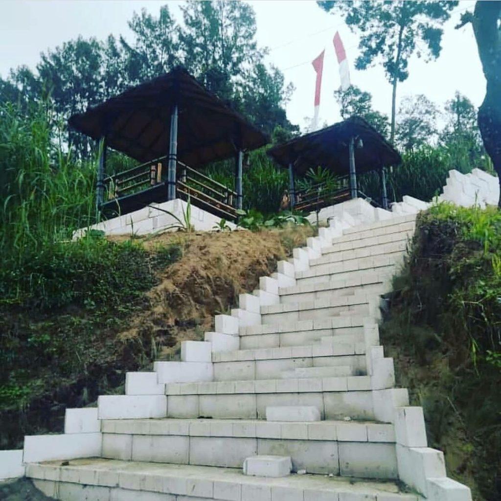 jalan menuju puncak bukit sanjaya