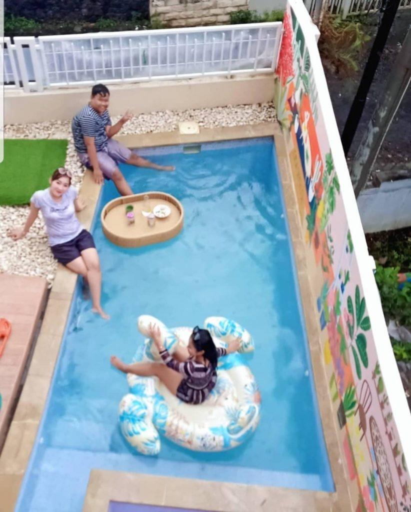 kolam renang dengan jacuzzi di casa skyrose