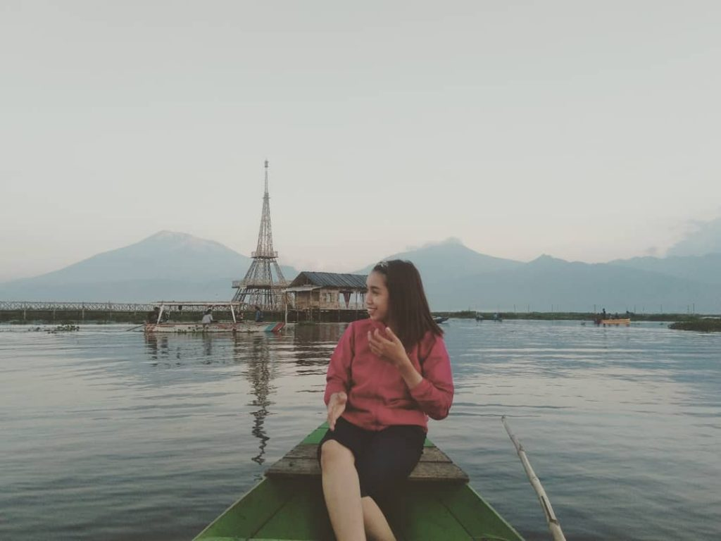 naik perahu di rawa pening