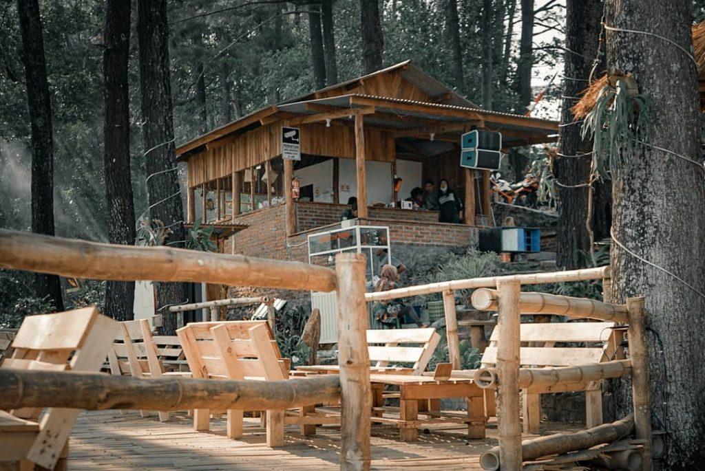 tempat duduk dari kayu dan bambu