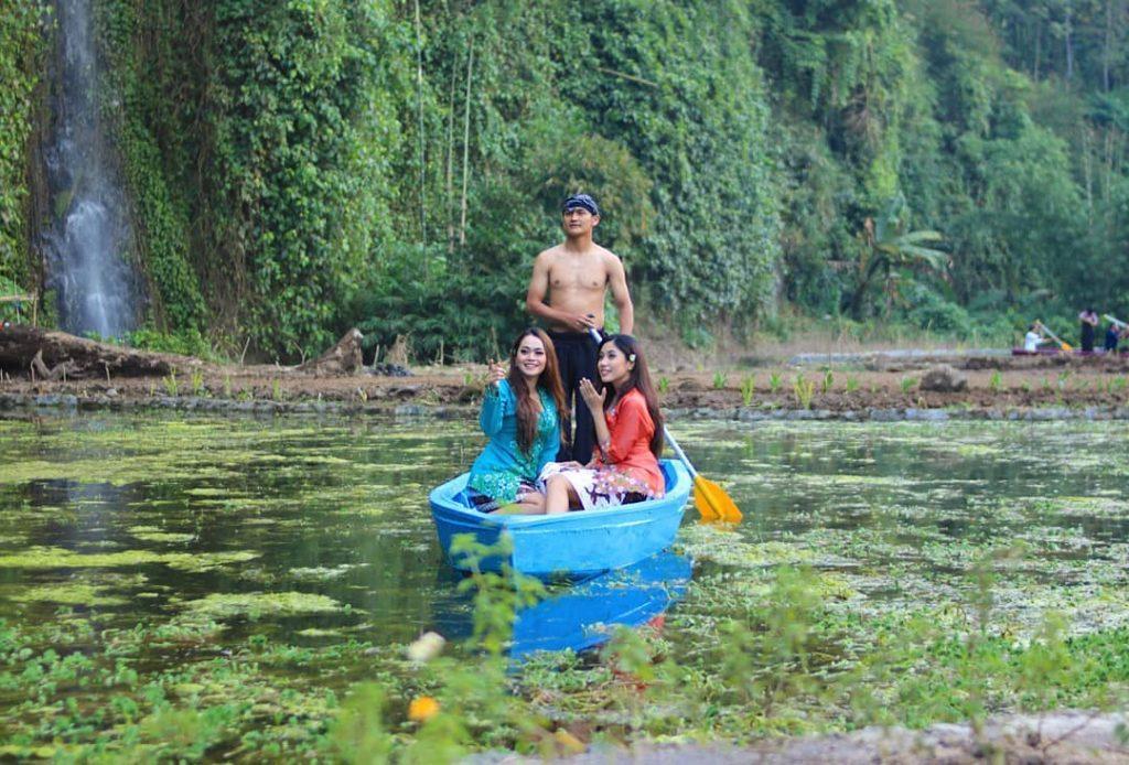 wahana perahu di lokasi taman kemesraan pujon