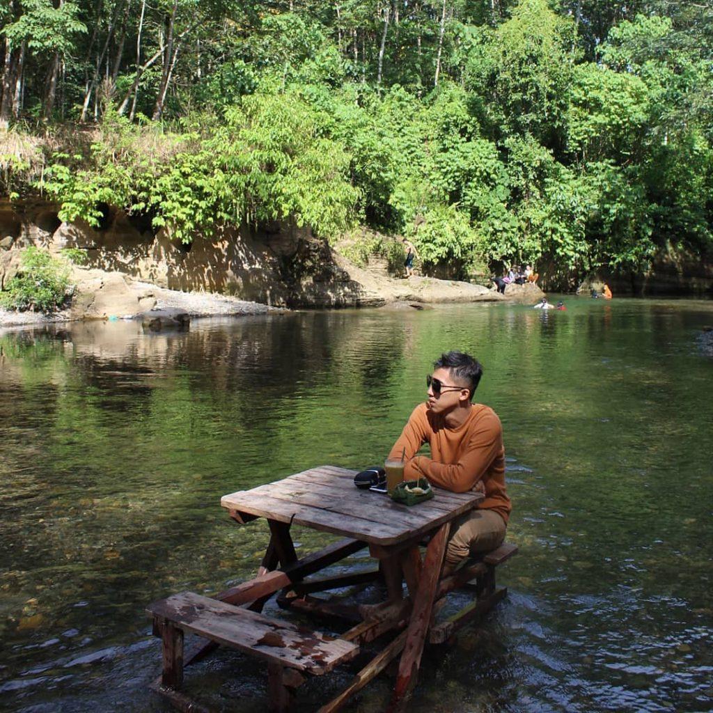 meja makan ditengah sungai