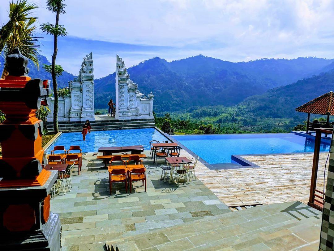 kolam renang di lokasi mandapa kirana resort